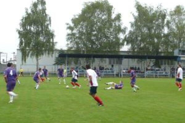 Ilavčania (v bielom) rozhodli o výhre nad Oslanmi až v závere zápasu.
