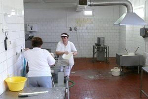 Výroba produktov z kravského mlieka prebieha v tejto syrárni. Družstevníčky práve pracujú na výrobe korbáčikov.