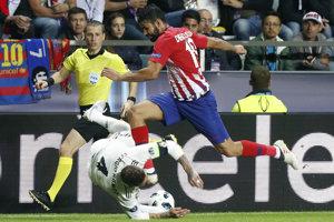 Hráč Atlética Diego Costa kopol do hlavy Sergia Ramosa počas zápasu.