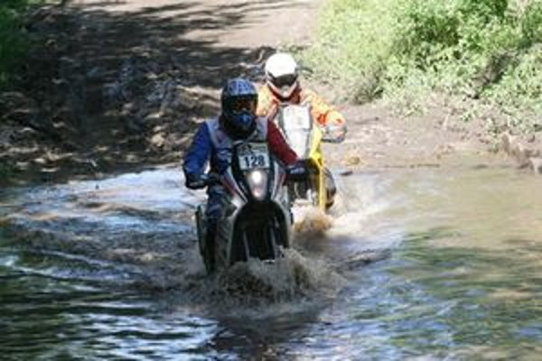 Štefan Svitko (s č. 128) sa na Dakare borí nielen s púšťou, ale aj s vodou.