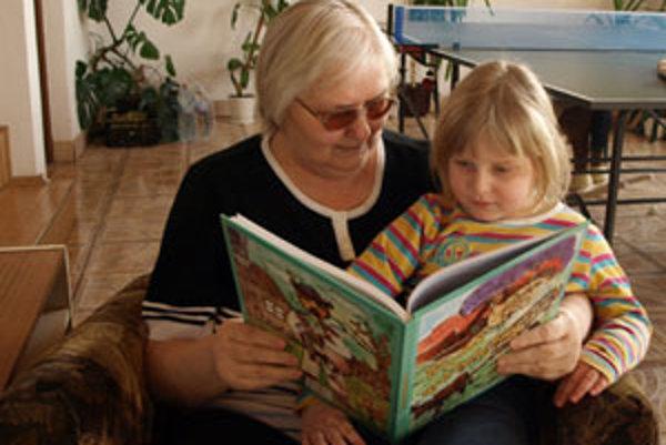 Eva Kurjaková svoje povesti rada rozpráva aj desiatke svojich vnúčat.