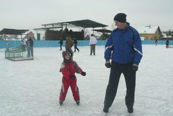 Na ľadovej ploche vo Vavrečke sa denne stretávajú deti, mládež aj dospelí.