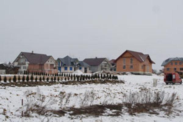"""Ako """"voľné pokračovanie"""" Zubrohlavy vyrastajú nové ulice okresného mesta, vzdialeného po ceste cca 3 km."""