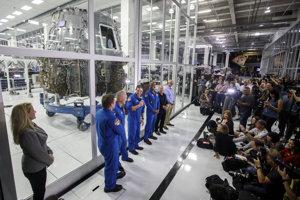 Astronauti SpaceX pred kozmickou loďou Dragon 2 počas návštevy základne SpaceX.