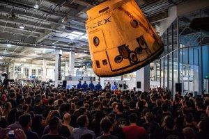 SpaceX predstavil svojich prvých astronautov. Poletia v apríli