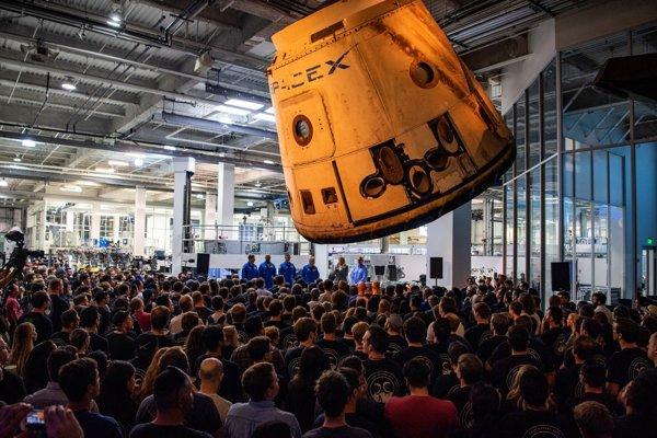 Prví astronauti SpaceX sa rozprávajú so zamestnancami firmy.