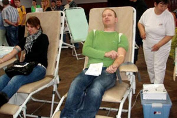 Skúsení darcovia pri odbere krvi nemali žiadny strach, niektoré mladé páry držiac za ruky sa s obavami pýtali: Zvládneme to?