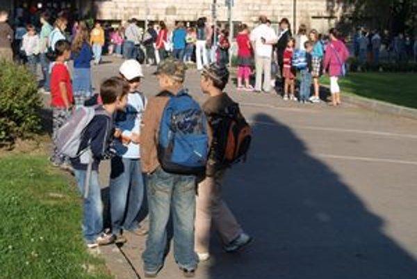Ak sú malé deti bez dozoru, vo voľnom čase sa stretávajú s kamarátmi, no často aj s alkoholom.