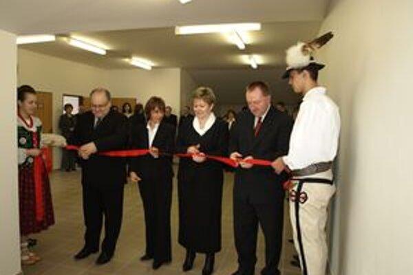 Riaditeľ Gymnázia Martina Hattalu Štefan Kristofčák (druhý sprava) je konečne spokojný. Po 15 rokoch sa podarilo dokončiť rozsiahlu úpravu školy.