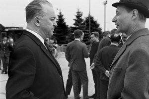 Dubček v rozhovore s generálnym konzulom ZSSR I. S. Kuznecovom na letisku v Bratislave.