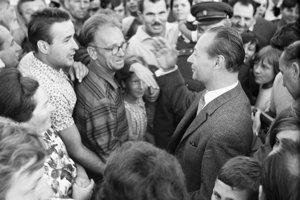 Alexander Dubček medzi obyvateľmi Košíc na letisku.
