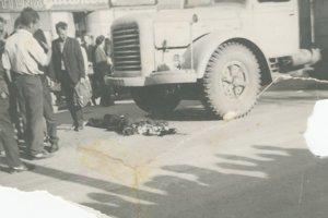Rozmliaždené telo Jozefa Leváka, ktorého prešiel tank na námestí vo Zvolene.