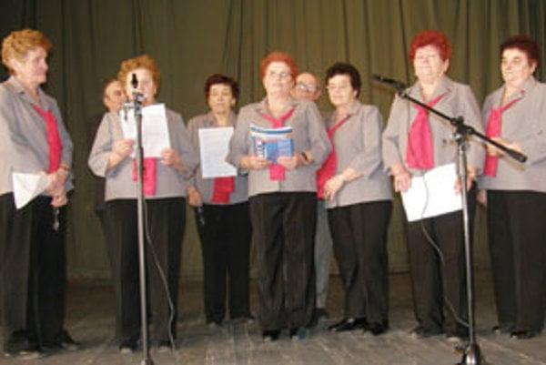 Popri ľudových pesničkách zaspievali členky jasenického klubu dôchodcov aj svoju vlastnú žartovnú pieseň o obyvateľoch okolitých dedín.
