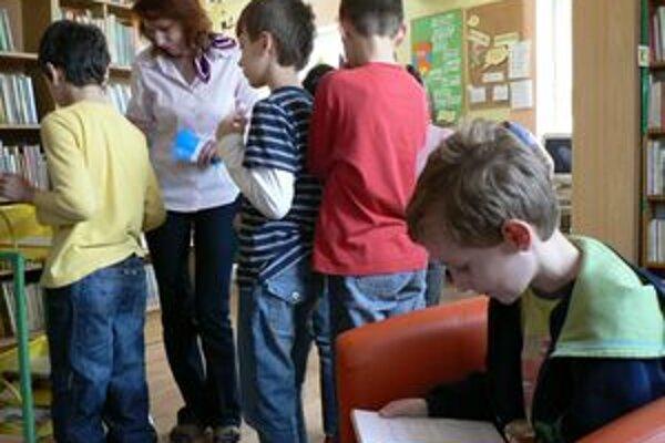Do celoslovenského maratónu v čítaní sa dnes zapojili aj oravské deti. V dolnokubínskej knižnici sa pri knihe vystriedalo viac ako sto školákov.