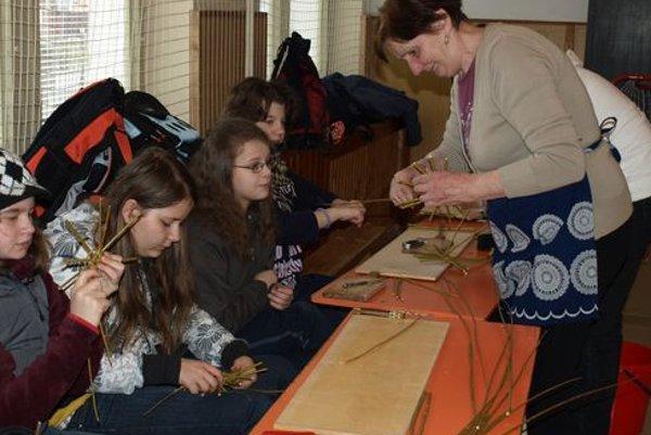 Každoročne sa na košíkarských dielňach v Krivej učia deti i dospelí pliesť košíky a veľkonočné korbáče, tento rok k nim pribudla aj výroba píšťaliek.