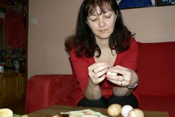 Janka Kevešová oblieka vajíčka do drôtených čipiek.