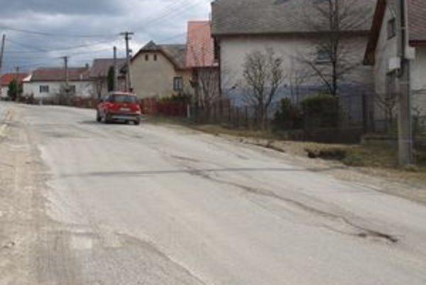 Peniaze z Environmentálneho fondu by hladovská samospráva potrebovala čím skôr. Od júna totiž začnú cestári na zničenej hlavnej ceste ťahať nový asfaltový koberec.