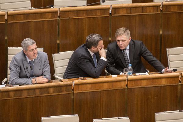 Kedysi si v parlamente Andrej Danko šepkal s Bélom Bugárom z Mosta-Híd. Na májovej schôdzi sa otáčal skôr k expremiérovi Robertovi Ficovi zo Smeru.