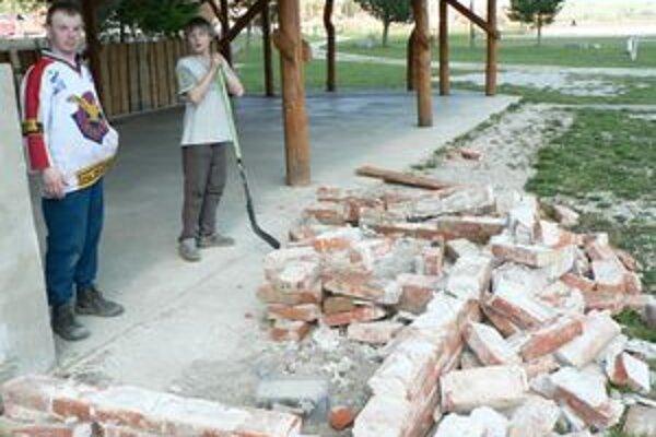 V Párnici úradovali vandali. Z krbu pri futbalovom ihrisku zostala len táto kopa tehál.