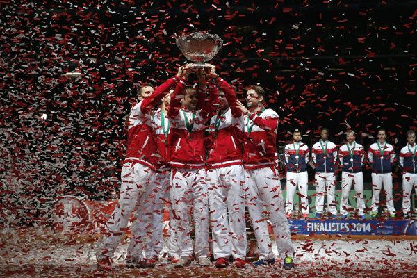 Švajčiarski tenisti sa tešia z triumfu v Davisovom pohári v roku 2014.