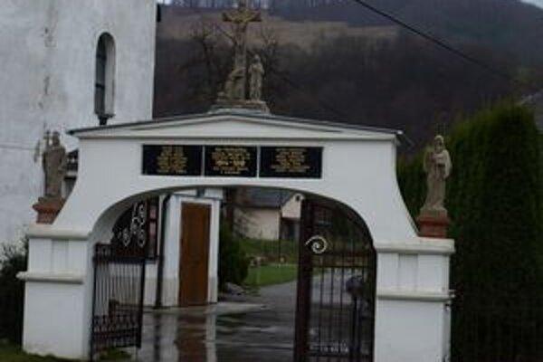 Súsošie pri vstupe do kostola odborníci pred časom zreštaurovali.