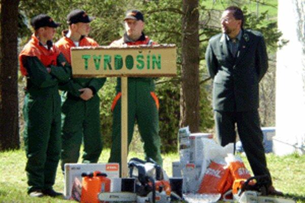 Víťazný tím - Marek Lubas, Šimon Jašurka a Peter Žitniak - sotva sotva vládal získané ocenenia odniesť.