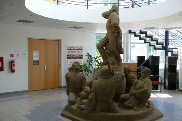 Originál súsošia je už umiestnený vmestskom podnikateľskom centre.