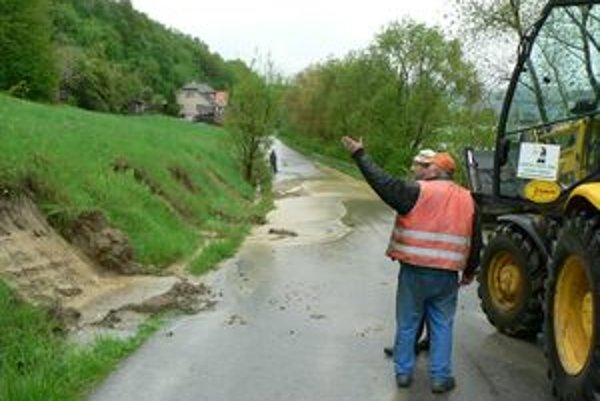 Na Záskalie sa valí voda zo svahu niekoľkými potokmi.