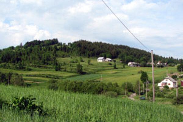 """Obydlia Rabčičanov sú """"rozídené"""" aj po okolitých kopcoch."""