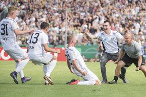 Futbalisti Ulmu sa radujú po jednom z gólov.