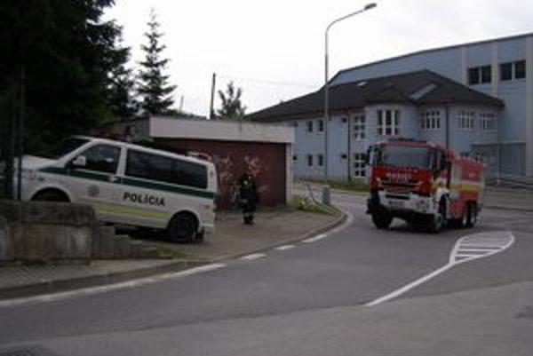 Hasičské auto skončilo v zábradlí pri ceste.