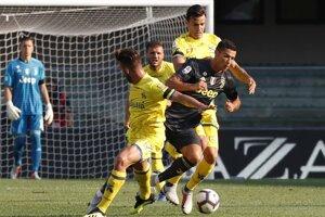 Cristiano Ronaldo v súboji s hráčmi Chieva.