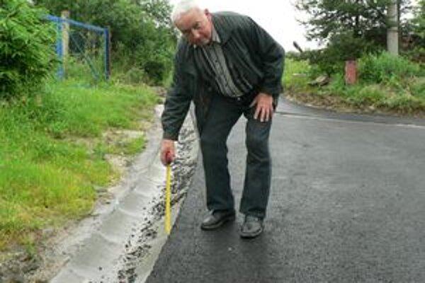 Kým starosta Pribiša Jozef Kováčik odíde na penziu, musí ešte dohliadnuť na opravu ciest v dedine.