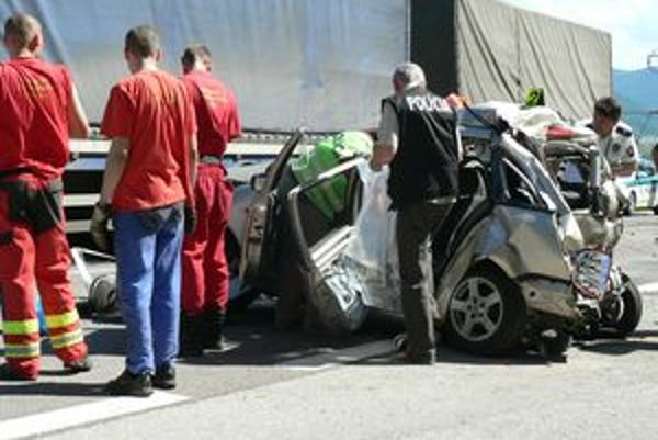 Pri Kraľovanoch sa stala dopravná nehoda s tragickými následkami.