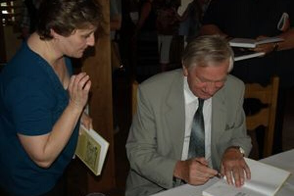 Augustín Maťovčík pri podpise svoje novej knihy.