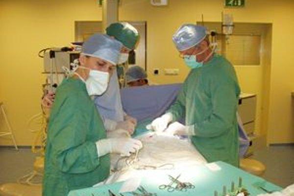 Pokazený skalpel v dolnokubínskej nemocnici nahradí moderný prístroj. Lekári zatiaľ operujú klasickým skalpelom.