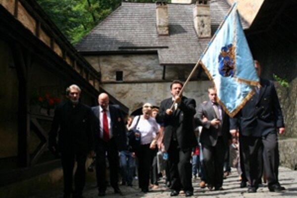 Potomkovia šľachticov vyniesli novú erbovú zástavu rodu Medveckých na vrch hradu, do expozície Oravského zemianstva.