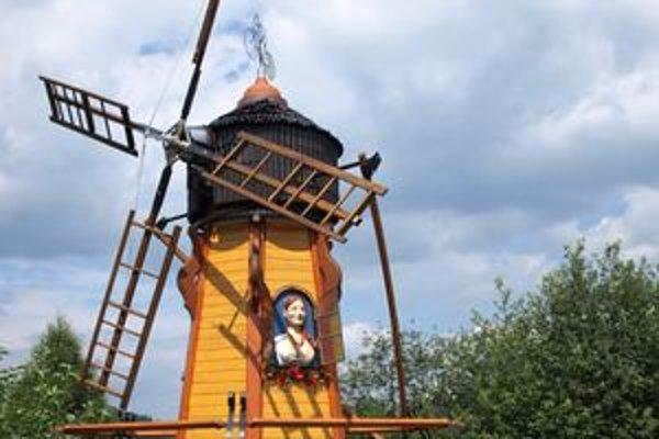 Okoloidúcich víta z okna mlyna vysmiata mlynárka.