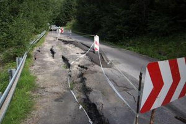 Časť jazdného pruhu cesty na Ústie je už niekoľko mesiacov uzavretý.