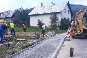 Výstavba chodníka a dažďovej kanalizácie.