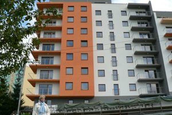 Investor Tomáš Mišovič tvrdí, že terasy sú tesne pred dokončením. Na kúpu pozemku pod bytovkou má čas do konca tohto mesiaca.