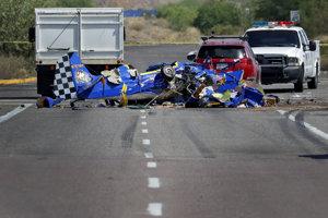 Vrak lietadla po nehode na ceste pri Phoenixe.