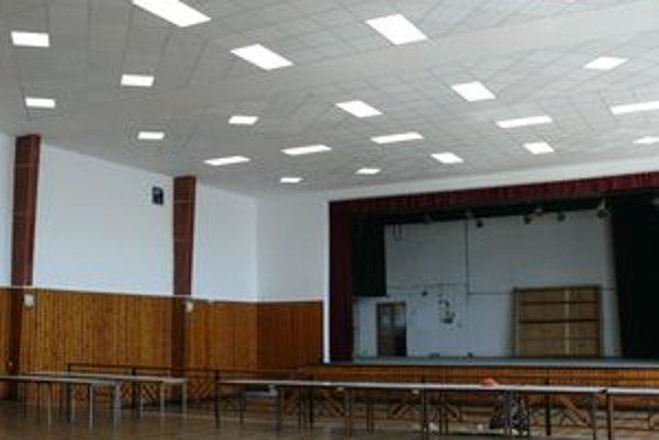 Sála kultúrneho domu je kompletne zrekonštruovaná. Do kazetového stropu je vsadené efektné a účelné osvetlenie.