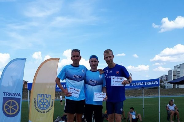 V Trnave si Jozef Urban (v strede) dobehol pre prvé miesto aj napriek nepríjemnostiam pred štartom.