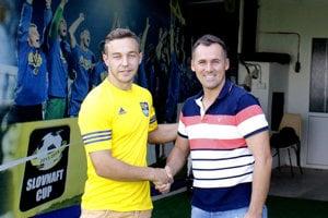 Oleg Višnevskij (vľavo) ašportový riaditeľ FC Košice Pavol Turczyk po spečatení dohody.