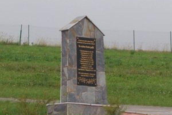 Pomník padlým hrdinom v I. svetovej vojne je umiestnený na novom babínskom cintoríne pri Dome smútku.