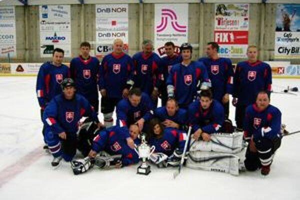 Víťazné družstvo turnaja Old boys v nórskom Tonsbergu Výber Oravy s víťazným pohárom.