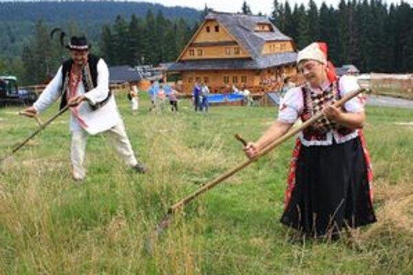 Kosci si na súťaž priniesli okrem svojej kosy aj tradičný ľudový kroj, charakteristický pre región, zktorého pochádzajú. Vľavo víťaz Slovenskej koseckej ligy Ľubomír Košút z Klina.