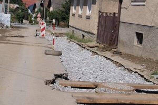 Cesty v sú v zlom stave. V Lokci už prebiehajú spätné opravy komunikácií.