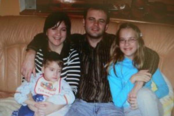 Tomáš v kruhu najbližších - sestry Dominiky, mamy a otca.